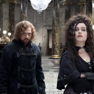 Still of Helena Bonham Carter and Rupert Grint in Haris Poteris ir mirties relikvijos. 2 dalis (2011)