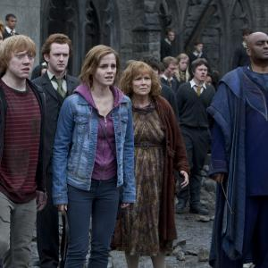 Still of Rupert Grint, George Harris, Chris Rankin, Julie Walters, Emma Watson and James Phelps in Haris Poteris ir mirties relikvijos. 2 dalis (2011)