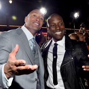 Dwayne Johnson and Tyrese Gibson at event of Greiti ir isiute 7 (2015)