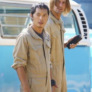 Still of Josh Holloway and Ken Leung in Dinge 2004