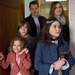Still of Vera Farmiga, Peter Sarsgaard, Jimmy Bennett, Isabelle Fuhrman and Aryana Engineer in Naslaite (2009)