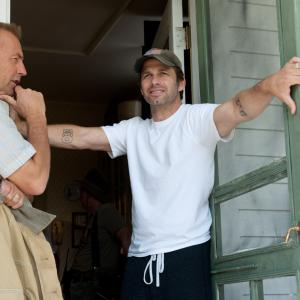 Kevin Costner and Zack Snyder in Zmogus is plieno (2013)