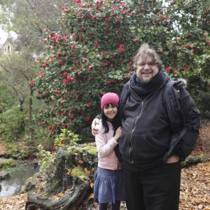 Still of Guillermo del Toro and Bailee Madison in Nebijok tamsos 2010