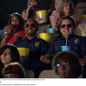 Still of Damon Wayans Jr. and Jake Johnson in Apsimeskim farais (2014)