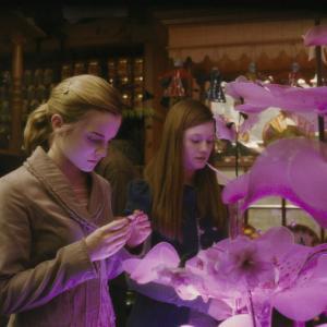 Still of Emma Watson and Bonnie Wright in Haris Poteris ir netikras princas (2009)