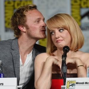 Wendi McLendon-Covey, David Anders