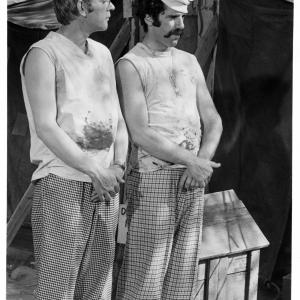 Still of Donald Sutherland and Elliott Gould in MASH 1970