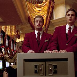 Still of Casey Affleck and Scott Caan in Ocean's Eleven (2001)