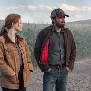 Still of Casey Affleck and Jessica Chastain in Tarp zvaigzdziu (2014)