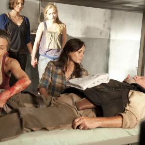 Still of Melissa McBride, Sarah Wayne Callies, Lauren Cohan and Emily Kinney in Vaiksciojantys negyveliai (2010)