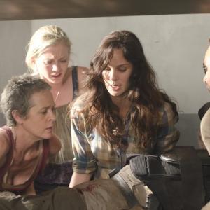 Still of Andrew Lincoln, Melissa McBride, Sarah Wayne Callies and Emily Kinney in Vaiksciojantys negyveliai (2010)