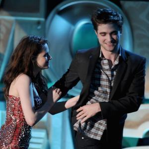 Kristen Stewart and Robert Pattinson at event of 2011 MTV Movie Awards 2011