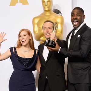 Idris Elba, Emmanuel Lubezki and Jessica Chastain at event of The Oscars (2015)