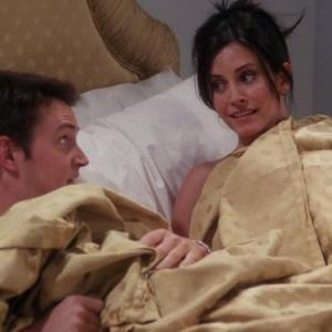 Still of Courteney Cox and Matthew Perry in Draugai (1994)