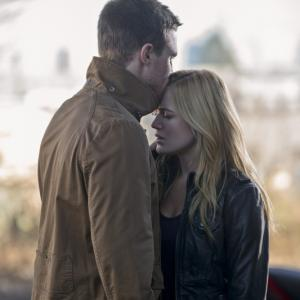 Still of Stephen Amell and Caity Lotz in Strele 2012