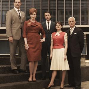 Still of Elisabeth Moss Jon Hamm Christina Hendricks Vincent Kartheiser and John Slattery in MAD MEN Reklamos vilkai 2007