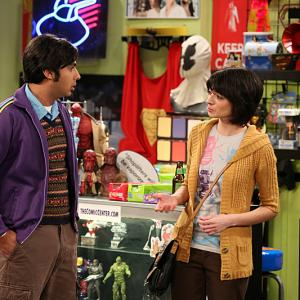 Still of Kate Micucci and Kunal Nayyar in Didziojo sprogimo teorija 2007