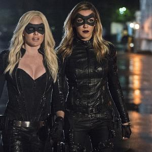 Still of Katie Cassidy and Caity Lotz in Strele 2012