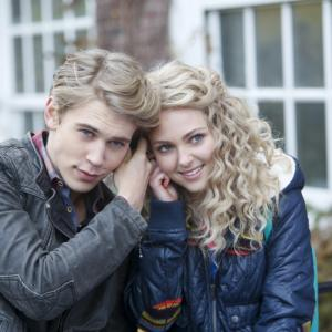 Still of AnnaSophia Robb and Austin Butler in The Carrie Diaries 2013