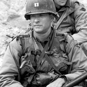 Still of Tom Hanks and Edward Burns in Gelbstint eilini Rajena (1998)