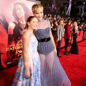 Jennifer Lawrence and Willow Shields at event of Bado zaidynes Ugnies medziokle 2013