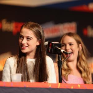 Britt Robertson and Raffey Cassidy at event of Rytojaus zeme 2015
