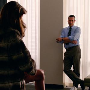Still of Jon Hamm and Rainey Qualley in MAD MEN. Reklamos vilkai (2007)