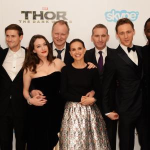 Natalie Portman, Christopher Eccleston, Stellan Skarsgård, Idris Elba, Kat Dennings, Tom Hiddleston and Chris Hemsworth at event of Toras: Tamsos pasaulis (2013)