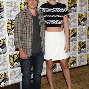 Josh Hutcherson and Jennifer Lawrence at event of Bado zaidynes Ugnies medziokle 2013
