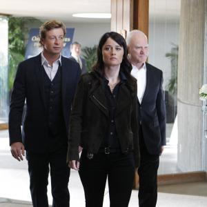 Still of Malcolm McDowell Robin Tunney and Simon Baker in Mentalistas 2008