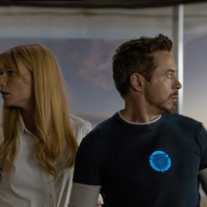 Still of Robert Downey Jr. and Gwyneth Paltrow in Gelezinis zmogus 3 (2013)