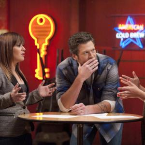 Still of Kelly Clarkson and Blake Shelton in The Voice (2011)