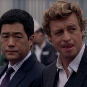 Still of Simon Baker and Tim Kang in Mentalistas (2008)