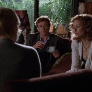 Still of Simon Baker and Leslie Hope in Mentalistas (2008)